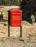 Roter Briefkasten in einem Berggebiet. Lizenzfreies Stockfoto