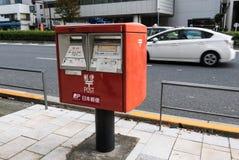 Roter Briefkasten von Japan Post-Service installiert in Harajuku, Tokyo, Stockbild