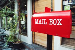 Roter Briefkasten vor einem Haus Konzept von Post des elektronischen Geschäftsverkehrs heutzutage erbringen hauptsächlich Versand Lizenzfreies Stockfoto