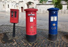 Roter britischer Briefkasten auf einer Stadtstraße Stockfotos