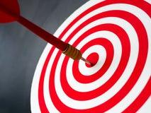 Roter Bullaugenpfeilpfeil, der Zielmitte der Dartscheibe schlägt Konzept des Erfolgs, Ziel, Ziel, Leistung Lizenzfreie Stockfotos