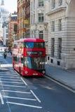 Roter Bus auf der London-Straße Lizenzfreie Stockfotografie