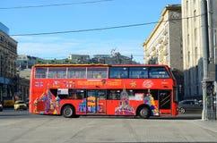 Roter Bus in der Straße Lizenzfreie Stockbilder