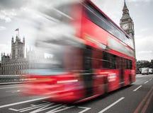 Roter Bus, der Westminster-Brücke kreuzt stockfotografie