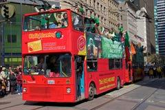 Roter Bus des doppelten Deckers Heiligen Patricks an der Parade Lizenzfreie Stockfotografie