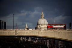 Roter Bus Londons über einer Brücke Stockbild
