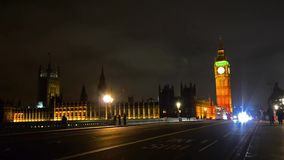 Roter Bus Londons auf Westminister-Brücke mit Big Ben stock video footage