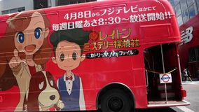 Roter Bus in Tokyo Japan, Karikaturbus stock video footage