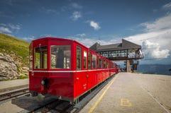 Roter Dampfgestell-Zahnradzug, der in die Schafbergspitze-Station auf der Spitze von Schafberg-Bergspitze auf Österreicher wartet lizenzfreie stockfotografie