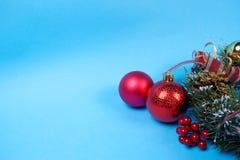Roter Dekorationsflitter und Weihnachtskranz stockbilder