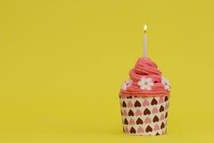 Roter-Deliciousgeburtstagskleiner kuchen mit Kerze Stockfotografie