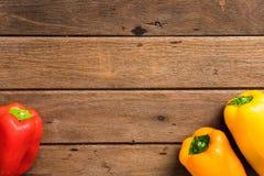 Roter des Frischgemüses organischer/orange grüner Pfeffer auf hölzernem backgr stockfotos