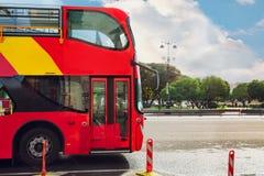 Roter doppelter Decker-Bus Sightseening-Ausflug Exkursion für Touristen lizenzfreie stockfotografie