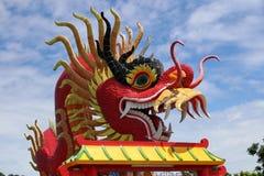 Roter Drachekopf mit dem gelockten Schnurrbart über dem Dach Stockfotos