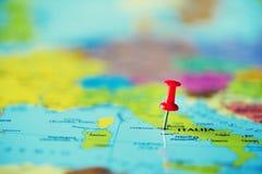 Roter Druckbolzen, Reißzwecke, Stift, der den Standort, Reisezielpunkt auf Karte zeigt Kopieren Sie Raum, Lebensstilkonzept stockfotografie
