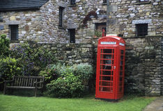 Roter englischer Telefonstand Stockfotos