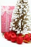 Roter Feiertagskasten mit Weihnachtsbaum und Verzierung Lizenzfreie Stockfotografie