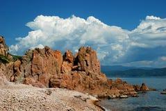Roter Felsen auf dem Strand Lizenzfreie Stockbilder