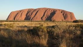 Roter Felsen, der weit weg steht stockfotos