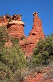 Roter Felsen ragt Kontrollturm in der Wüste nahe Sedona empor. Lizenzfreie Stockbilder