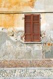 Roter Fenster varano borghi Palastitalien-Pflasterungsbürgersteig Stockbilder