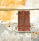 Roter Fenster varano borghi Palastitalien-Pflasterungsbürgersteig Lizenzfreie Stockfotos
