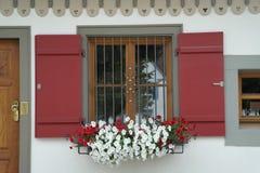 Roter Fensterfensterladen stockfotos