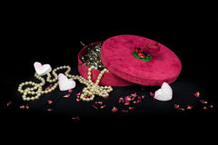 Roter Feriengeschenkkasten mit Perlenhalskette und -schatzen Stockbilder