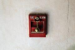 Roter Feuermelder gegründet auf weißer Wand Lizenzfreies Stockbild