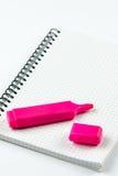 Roter Filzstift auf dem Schulnotizbuch mit Kopienraum über Weiß Lizenzfreie Stockbilder