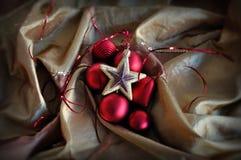 Roter Flitter und goldene Sternweihnachtsverzierungen stockfoto