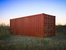 Roter Frachtbehälter auf einem Gebiet Wiedergabe 3d Lizenzfreie Stockbilder