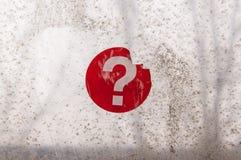 Roter Fragezeichenaufkleber auf einem alten Fenster lizenzfreies stockfoto