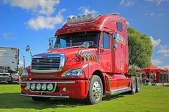 Roter Freightliner-LKW-Traktor auf Anzeige Lizenzfreie Stockfotografie