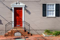 Roter Front Door eines traditionellen Holzhauses stockbilder