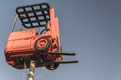 Roter Gabelstapler hoch in der Luft stockbilder