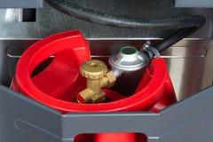 Roter Gasbehälter in der Heizung Stockbild