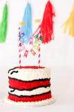 Roter Geburtstagskuchen für Baby Stockbilder