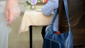 Roter Geldbeutel in einer offenen Handtasche erregt weiblichen Kleptomanen, um sie zu stehlen stock video footage