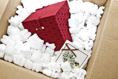 Roter Geschenk-Kasten im Verpackungsmaterial stockfotografie