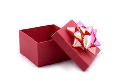 Roter Geschenk-Kasten mit großem Farbband lizenzfreie stockfotografie
