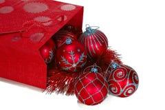 Roter Geschenkbeutel voll der Weihnachtsspielwaren Stockfotos
