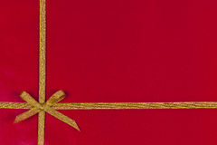 Roter Geschenkhintergrund mit Goldfarbband Lizenzfreie Stockbilder
