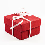 Roter Geschenkkasten auf einem weißen Hintergrund Stockfoto