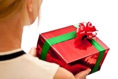 Roter Geschenkkasten in den Händen lizenzfreies stockfoto