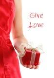 Roter Geschenkkasten in den Händen der Frau Stockfoto