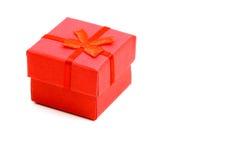 Roter Geschenkkasten getrennt auf Weiß lizenzfreie stockfotos