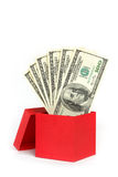Roter Geschenkkasten mit dem Geld getrennt auf Weiß Lizenzfreie Stockfotografie