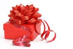 Roter Geschenkkasten mit einem lockigen ribb Lizenzfreies Stockfoto