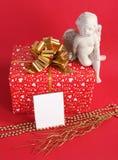 Roter Geschenkkasten mit Engel Stockfotografie